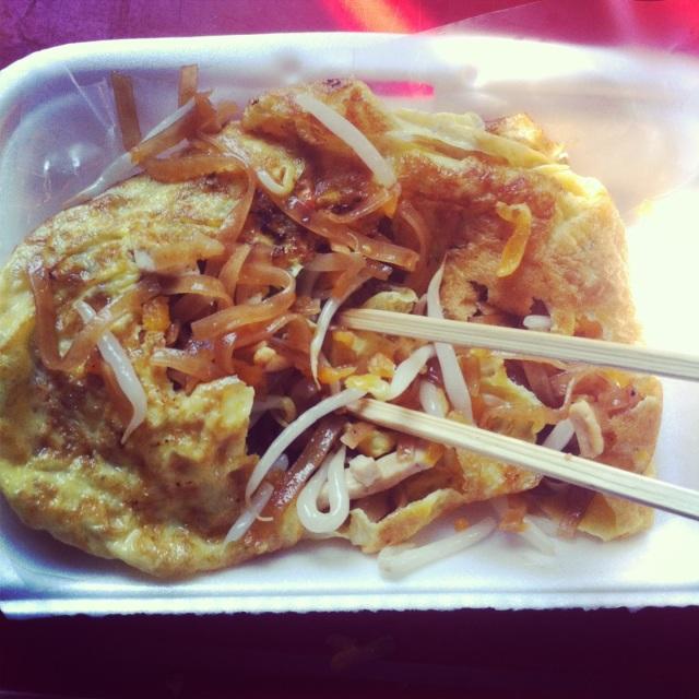 Завтракаю омлетами: один со свиным фаршем на рисе, другой с завернутым в него пад-таем. This is Thailand.