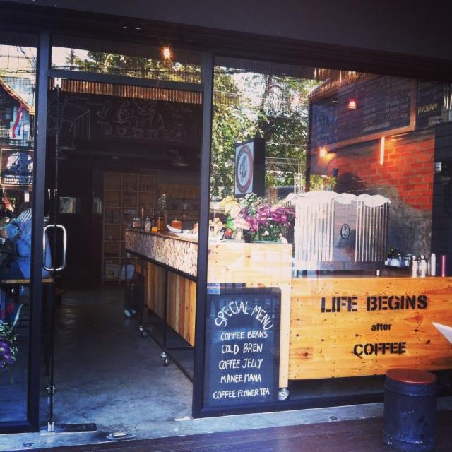 В Тае выращивают кофе, так что чиангмайская кофемания здесь вполне оправдана. Тем больше мест, где я могу поработать не ощущая, что что-то упускаю в жизни.