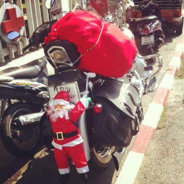 Чиангмайский Санта водит байк