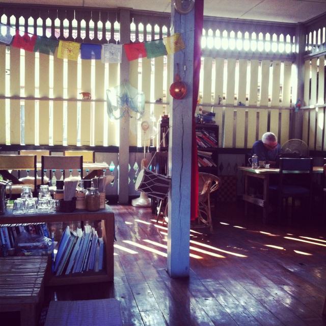 Bird's Nest: Ещё одно хипстерское место с органической едой, прекрасной терассой, деревянными столами и гамаком. Very chilled.