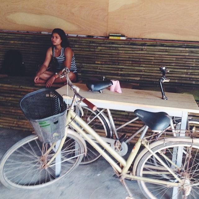 Бар с велосипедами в Сием Рипе, оформленный голландским художником, живущим в Камбодже. Художник работает за еду и пиво просто потому, что ему так нравится, и заодно разливает водянистое, зато холодное местное пиво всем, кто заходит с ним поболтать. Например, мне.