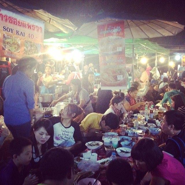 Основная часть едален расположена на территории храмов, и готовят там отнюдь не вегетарианские блюда. Такой тайский буддизм.